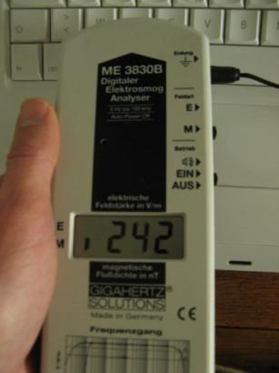 mesure du niveau d'exposition aux champs électrique et magnétique : ici un ordinateur portable
